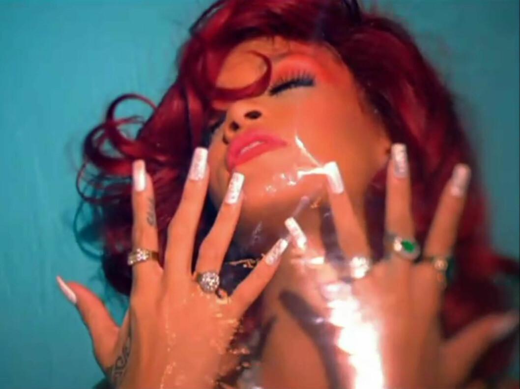FOR SEXY: Rihannas nyeste singel «S&M» skaper reaksjoner hos medier over hele verden. I musikkvideoen viser Rihanna en forkjærlighet for lakk og lær, men hun harselerer også med pressen.  Foto: Stella Pictures