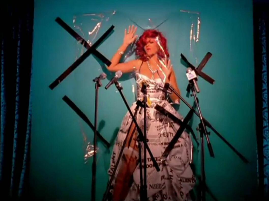 FOR SEXY: Rihannas nyeste singel «S&M» skaper reaksjoner hos medier over hele verden. I musikkvideoen viser Rihanna en forkjærlighet for lakk og lær, men hun harselerer også med pressen. Her iført en kjole av avisforsider...  Foto: Stella Pictures
