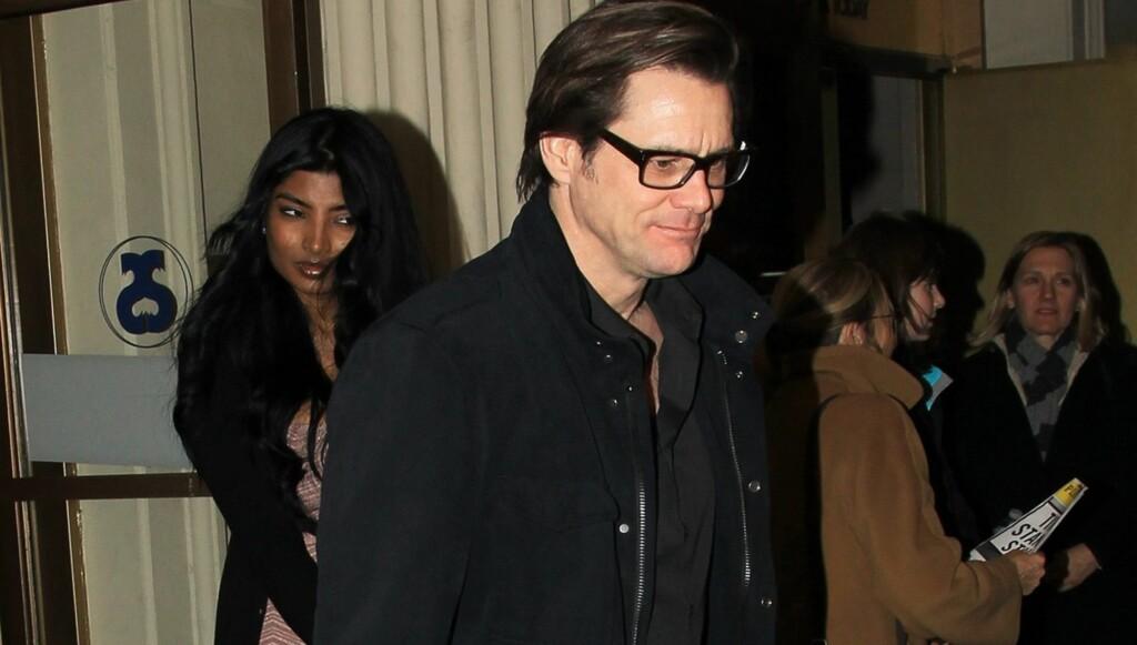 HÅND I HÅND: Jim Carrey viste frem skjønnheten Anchal Joseph - hans nye kjæreste? - utenfor et teater i New York denne uken. Foto: All Over Press