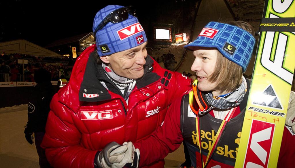 SUKSESSTRENER: Skihopper Tom Hilde får gratulasjoner fra trener Mika Kojonkoski etter seieren i det siste rennet i Den tysk-østerrikske hoppuka. Nå forstyrres VM-forberedelsene av at Mika må i retten. Foto: SCANPIX