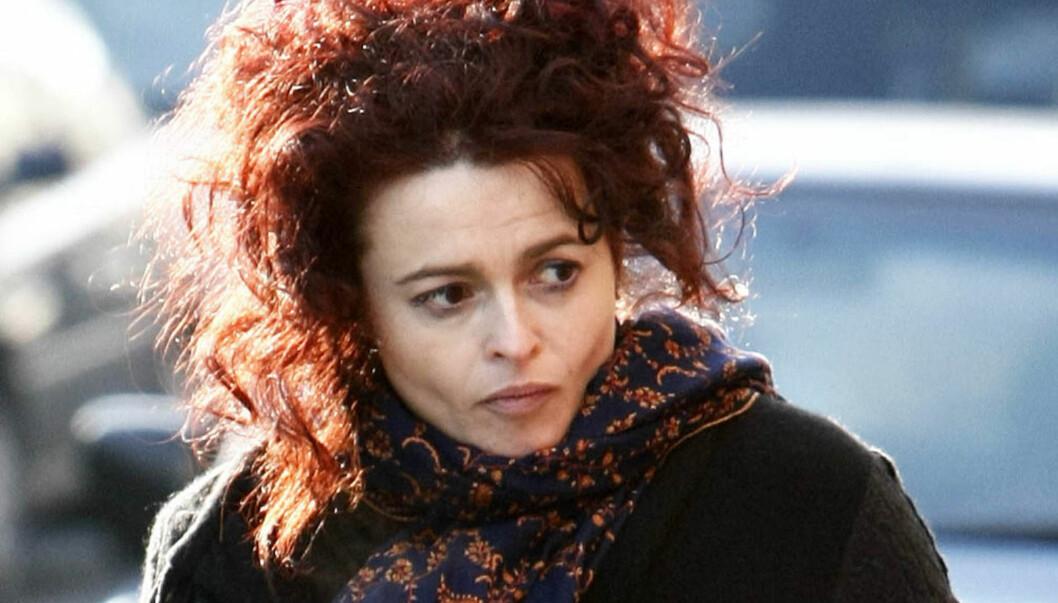 BAGLADY: Skuespiller Helena Bonham Carter har et forfriskende avslappet forhold til Hollywoods skjønnhets- og motehysteri. Her fotografert ute i London denne uken.  Foto: Stella Pictures