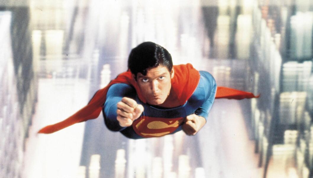 SUPERMANN: Ilya Salkind er mest kjent for sin produsentinnsats på de første Supermann-filmene. Her er skuespiller Christopher Reeve i aksjon i den aller første filmen, fra 1978.  Foto: Stella Pictures