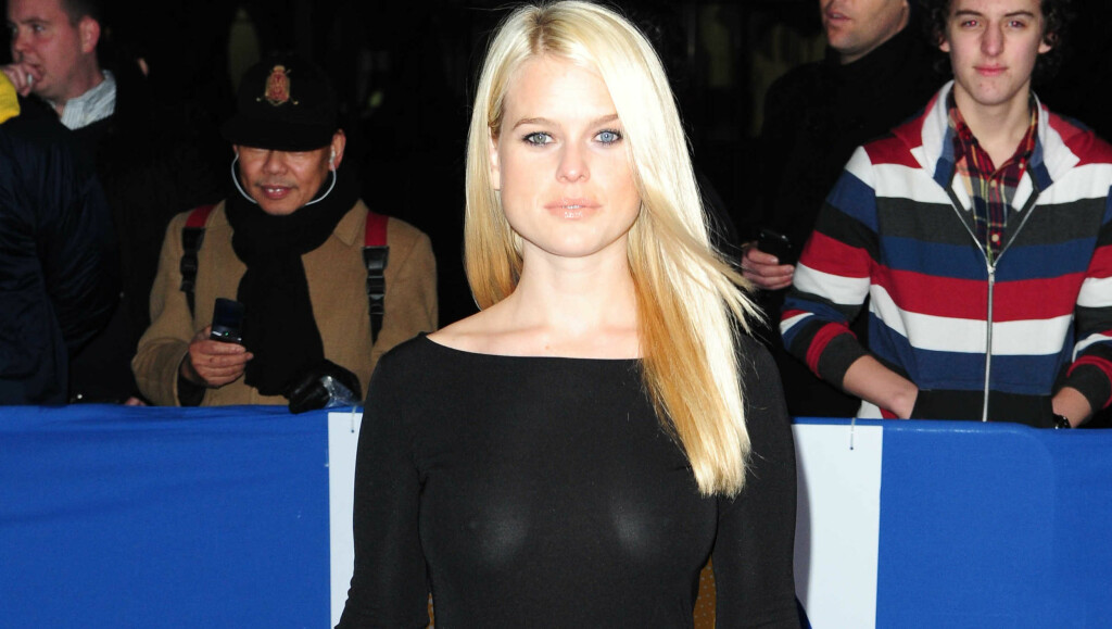 OOOPS: Da Alice Eve ankom«British Comedy Awards» på O2 Arena i London denne uken kunne alle se puppene hennes... Foto: All Over Press