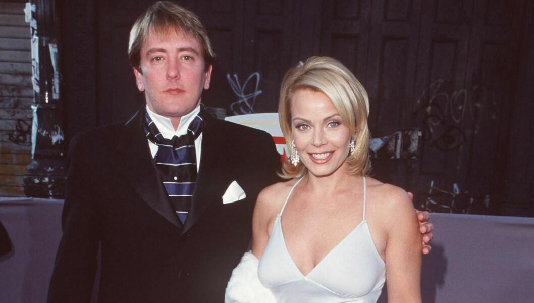 DØDE: John Dye døde mandag av et hjerteinfarkt. Her er han fotografert på en premiere i 1999 sammen med skuespilleren Gail OGrady. Foto: All Over Press