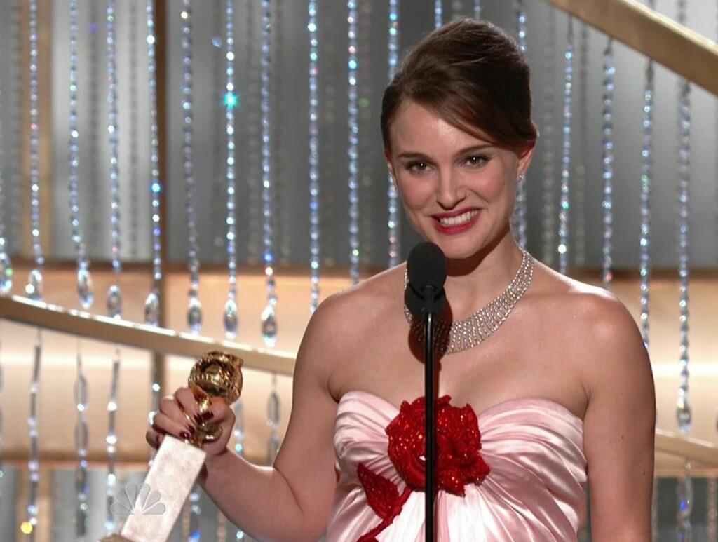 I TENKEBOKSEN: - Jeg har definitivt tenkt på det, og er åpen for forslag, sier Natalie Portman om valg av navn til sitt kommende barn. I natt vant hun pris. Foto: All Over Press