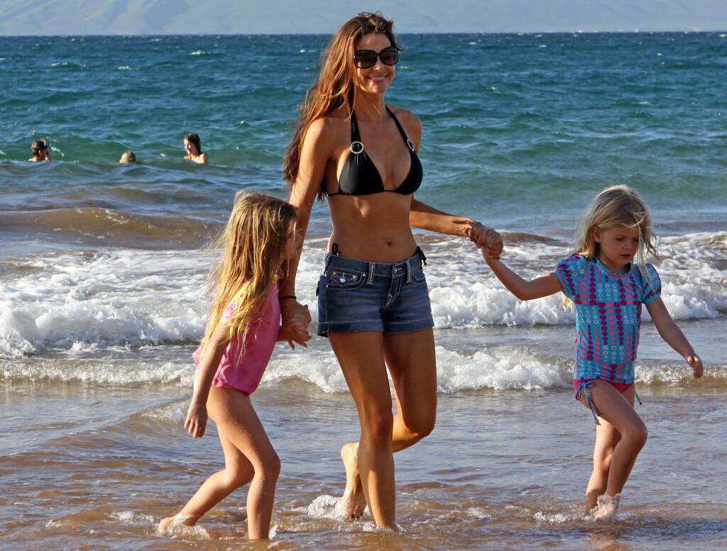 BRUDD PÅ NYÅRET: Denise Richards og døtrene på stranda i Maui på nyåret. Nå er det kjent at det er slutt mellom henne og Nikki Sixx.  Foto: All Over Press