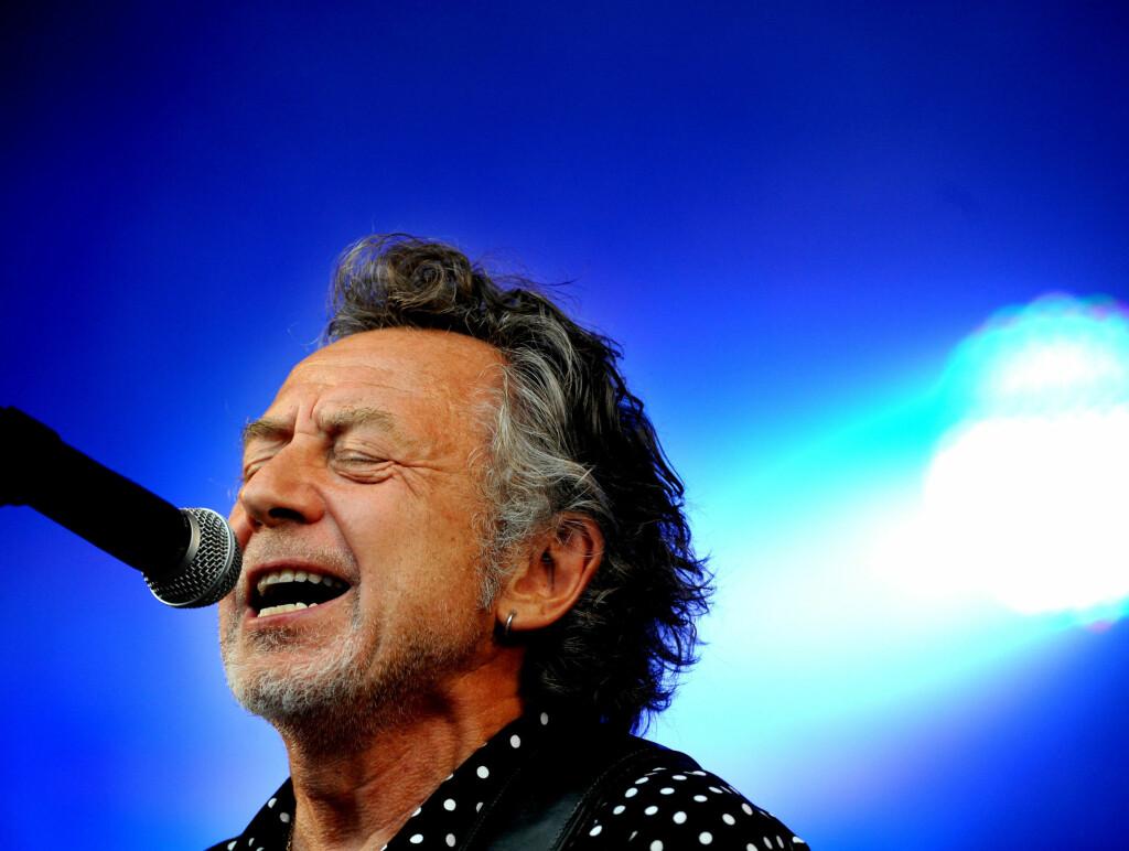 PÅ ROSKILDE: - Jag trivs bäst i öppna landskap, nära havet vill jag bo, synger Ulf Lundell i sin legendariske sang fra 1982. Her opptrer han på Roskildefestivalen i 2009. Foto: SCANPIX