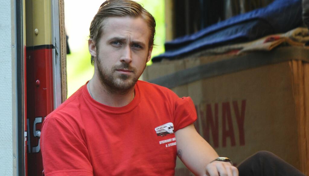 HARDTARBEIDENDE: Skuespiller Ryan Gosling mener grasrot-jobbing kan holde Hollywood-skuespillere i sitt gode skinn. Her som håndtverker på settet til «Blue Valentine» i 2009.   Foto: Stella Pictures