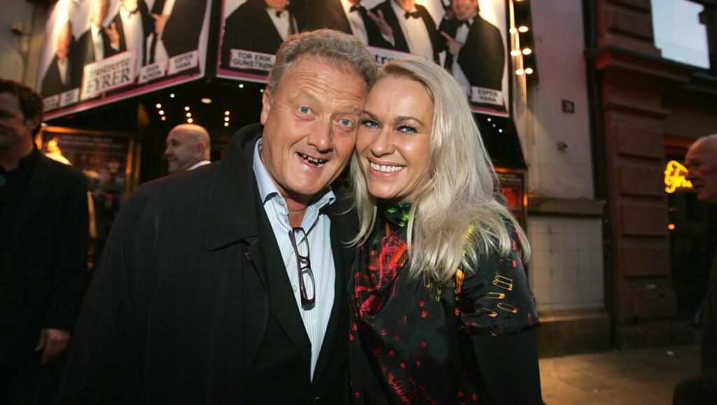 I BEDRE HUMØR: Dan Børge Akerø er lykkeligere i NRK enn han var i TV2 på 1990.tallet. Her med kona Mette på «Frustrerte Fyrer»-premieren på Dizzie teater i Oslo.  Foto: FAME FLYNET