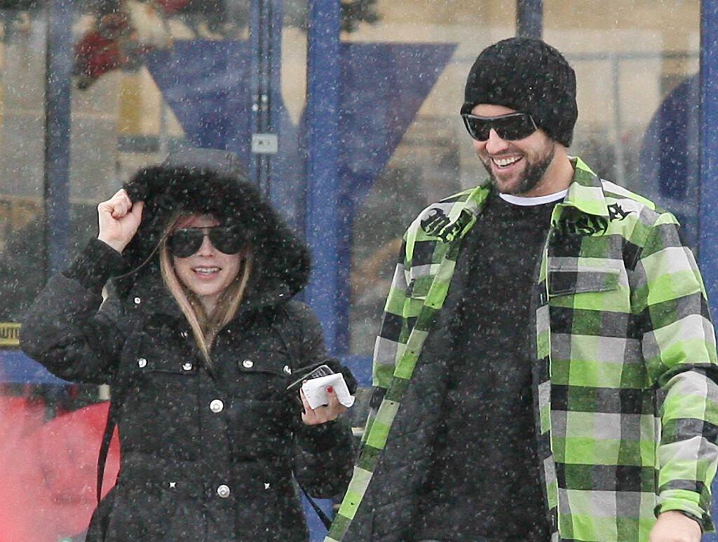 SPRELL LEVENDE: Avril Lavigne virket å være i toppform da hun benyttet juleferien i Ontario til litt shopping sammen med kjæresten Brody Jenner. Foto: All Over Press
