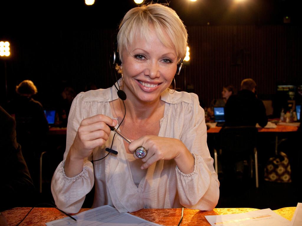 ELSKER BOTOX: Linda Johansen avbildet da hun satt i telefonpanelet under fjorårets TV-aksjon. Hun snakker varmt om Botox. Foto: Stella PIctures