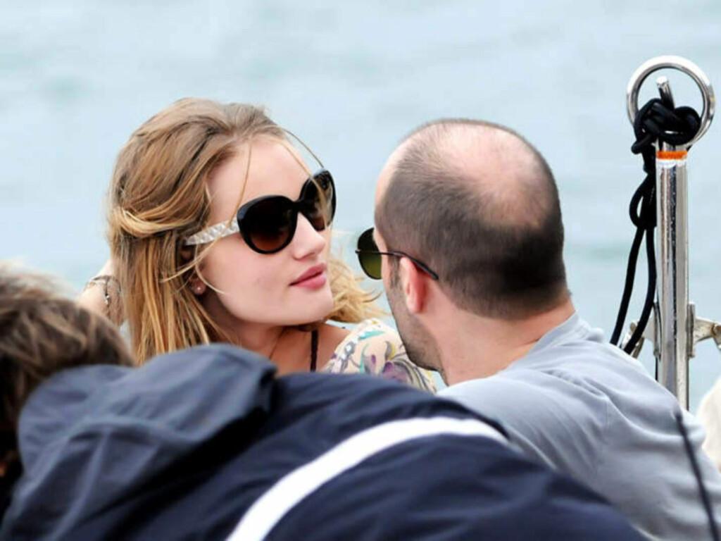 FORELSKET: Rosie Huntington-Whiteley og Jason Statham i St. Barthelemy i romjulen. Foto: Stella Pictures