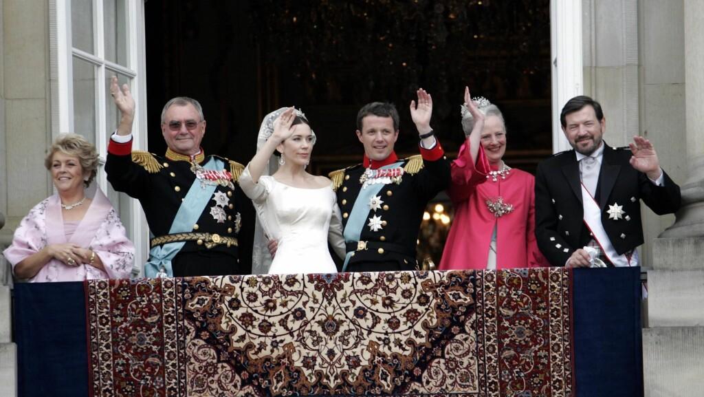 STOR FAMILIE: Kronprinsessens far John Donaldson (ytterst til høyre) er fornøyd med familieforøkelsen. Her under kronprinsparets bryllupsfeiring sammen med (f. v.) kona Susan Moody, prins Henrik, kronprinsesse Mary, kronprins Frederik og dronning Margr Foto: Stella Pictures