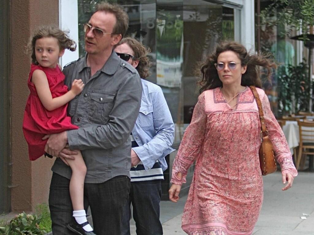 GÅR HVER SIN VEI: Skuespillerne David Thewlis og Anna Friel har bestemt seg for å gå hver sin vei, etter ti år som kjærester. Paret har datteren Gracie sammen. Foto: All Over Press