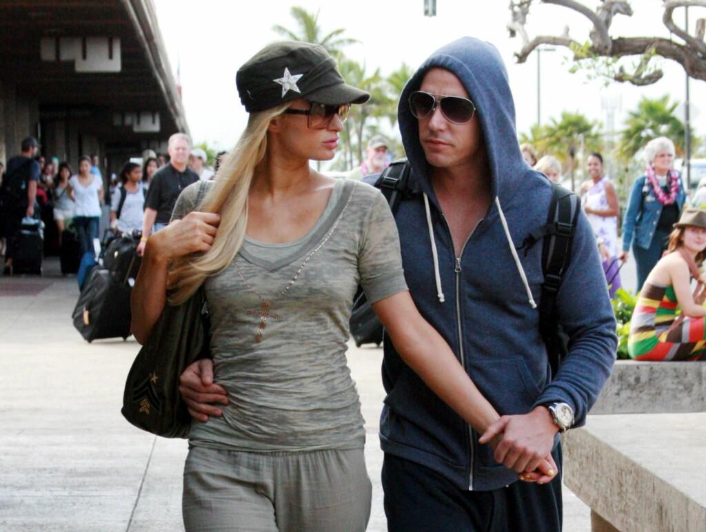 BLE EVAKUERT: Paris Hilton og hennes kjæreste Cy Waitz befant seg plutselig i en skremmende situasjon ved flyplassen LAX. Det ble nemlig funnet en ti centimeter lang kniv ombord på flyet. Foto: All Over Press