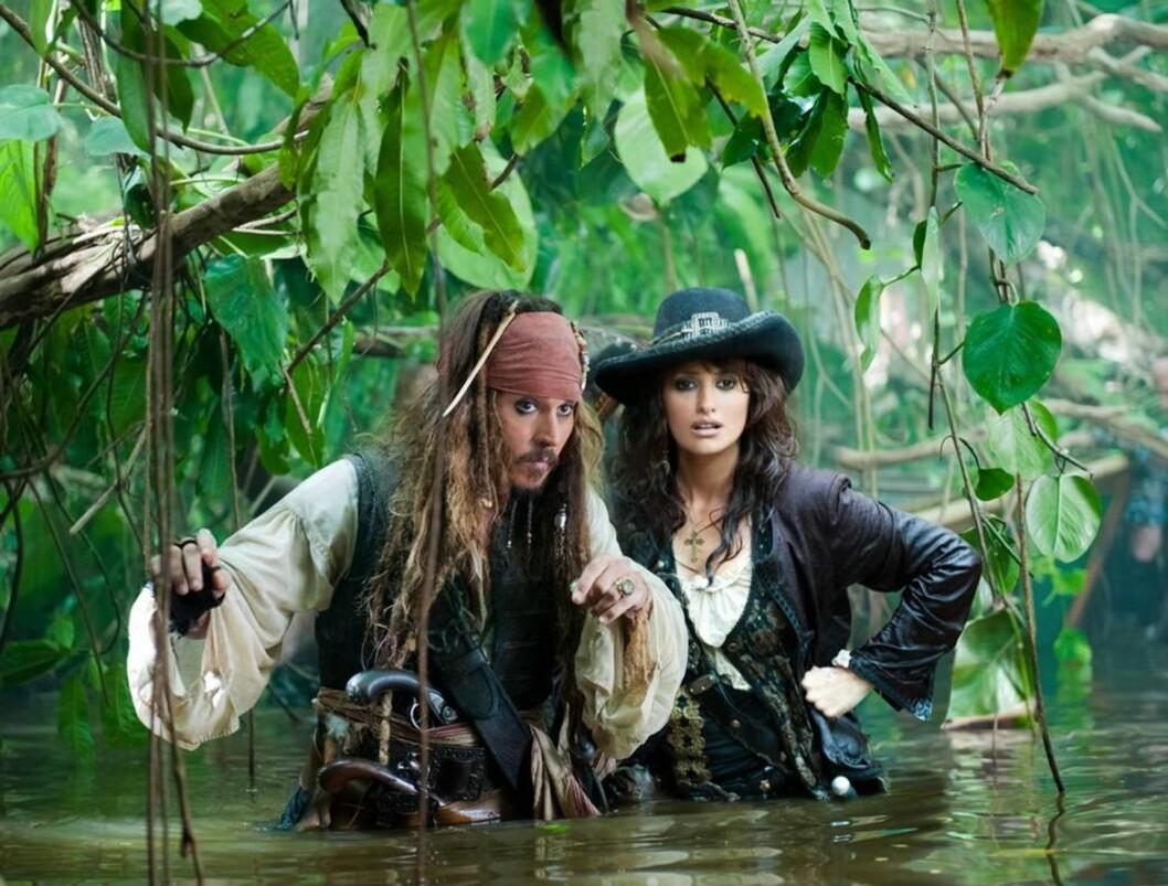 DEPP OG DAMENE: Johnny Depp skal angivelig ha funnet tonen med en modell under innspillingen av Pirates of the Caribbean: On Stranger Tides. Her sammen med en annen dame, motspilleren Penelope Cruz. Foto: Stella Pictures