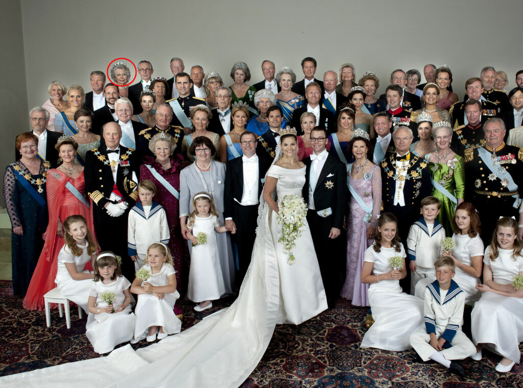 I BRYLLUP: I kronprinsesse Victorias bryllup i sommer var prinsesse Christina en av de naturlige hedergjestene (se rød ring), og står rett bak kronprinsesse Mette-Marit og kronprins Haakon på bildene.  Foto: SCANPIX
