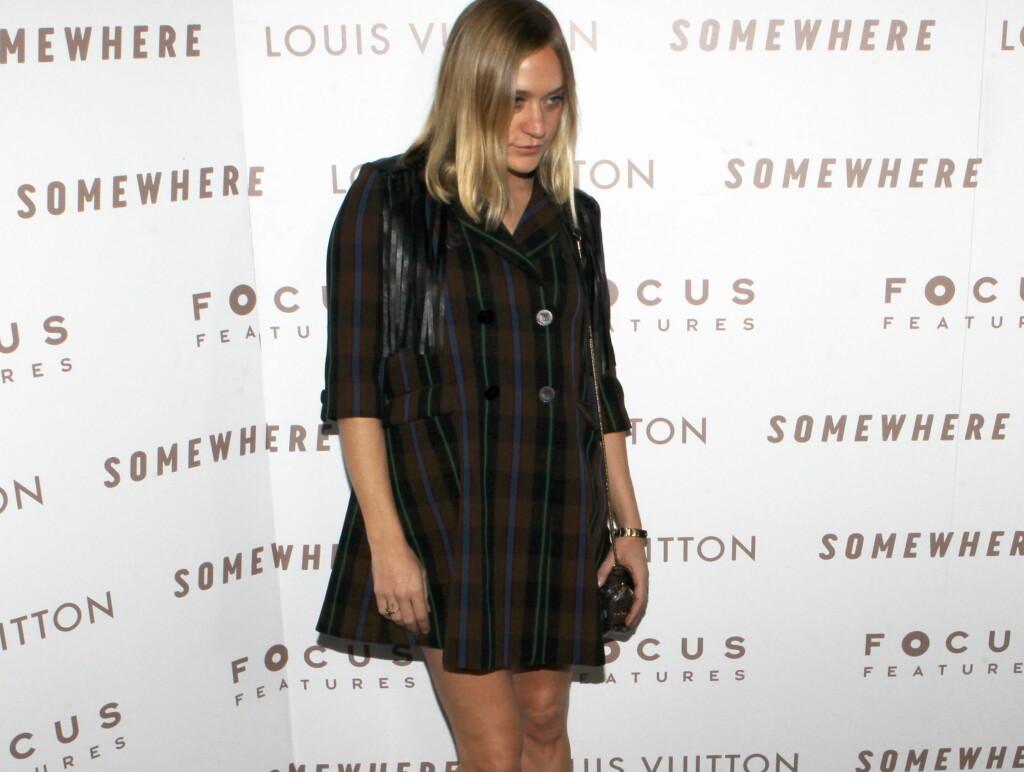 FÅR KRITIKK: At Chloe Sevigny valgte denne jakken på premiere, går ikke ubemerket hen i kjendispressen. Foto: All Over Press