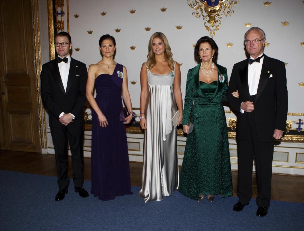 STÅR SAMMEN: Den svenske kongefamilien Daniel, Victoria, Madeleine, Silvia og Carl-Gustaf har hatt et tøft år, men onsdag kveld hadde alle funnet frem sine største smil. Foto: STELLA PICTURES