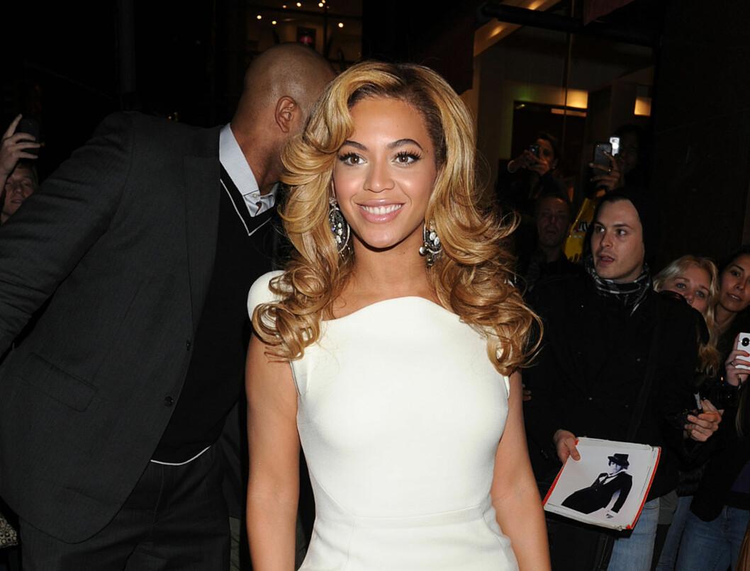 IV: Beyonce Knowles viste frem sin tatovering mandag kveld. På ringefingeren har hun tatovert romertallet IV. Foto: All Over Press