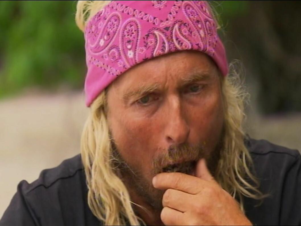 <strong>MAT-TRØBBEL:</strong> Atle Hansen sliter med å svelge «delikatesser» som fiskeinnmat, kuhjerne og liklarver i søndagens episode av «Robinsonekspedisjonen». Foto: TV3