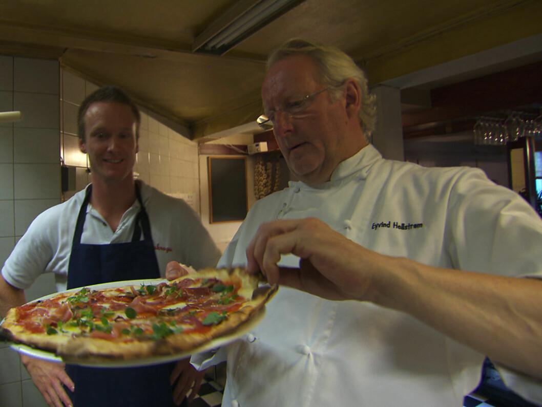 ENDRET PÅ PIZZARÅDENE: Mesterkokken Eyvind Hellstrøm fikk pizzakokken Espen Lapin Gundersen (t.v.) til å bytte ut pizzamenyen i programmet «Hellstrøm rydder opp», men etter besøket gjeninnførte Espen flere av rettene Hellstrøm hadde kritisert. Foto: TV3