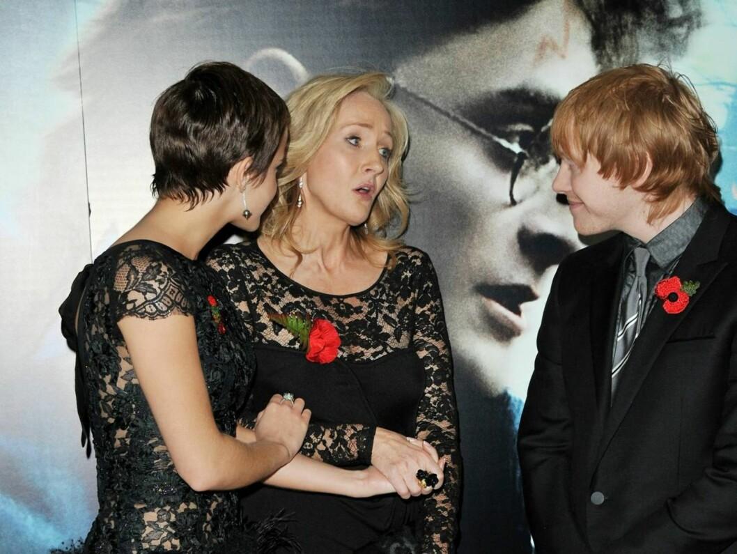 GRATULERTE HVERANDRE: Skuespillerne Emma Watson og Rupert Grint tok seg en tid til en prat med forfatteren av bøkene, J. K. Rowling. Foto: All Over Press