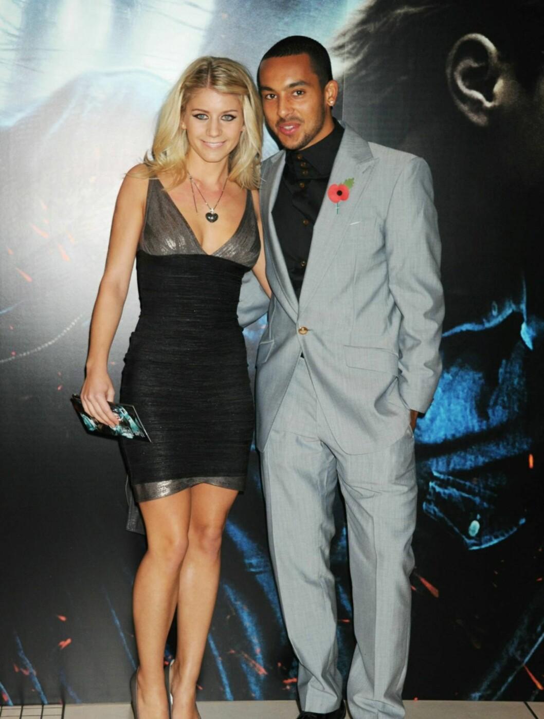 FOTBALL OG FILM: Arsenal-stjernen Theo Walcott hadde med seg kjæresten Melanie Slade på fest. Foto: All Over Press