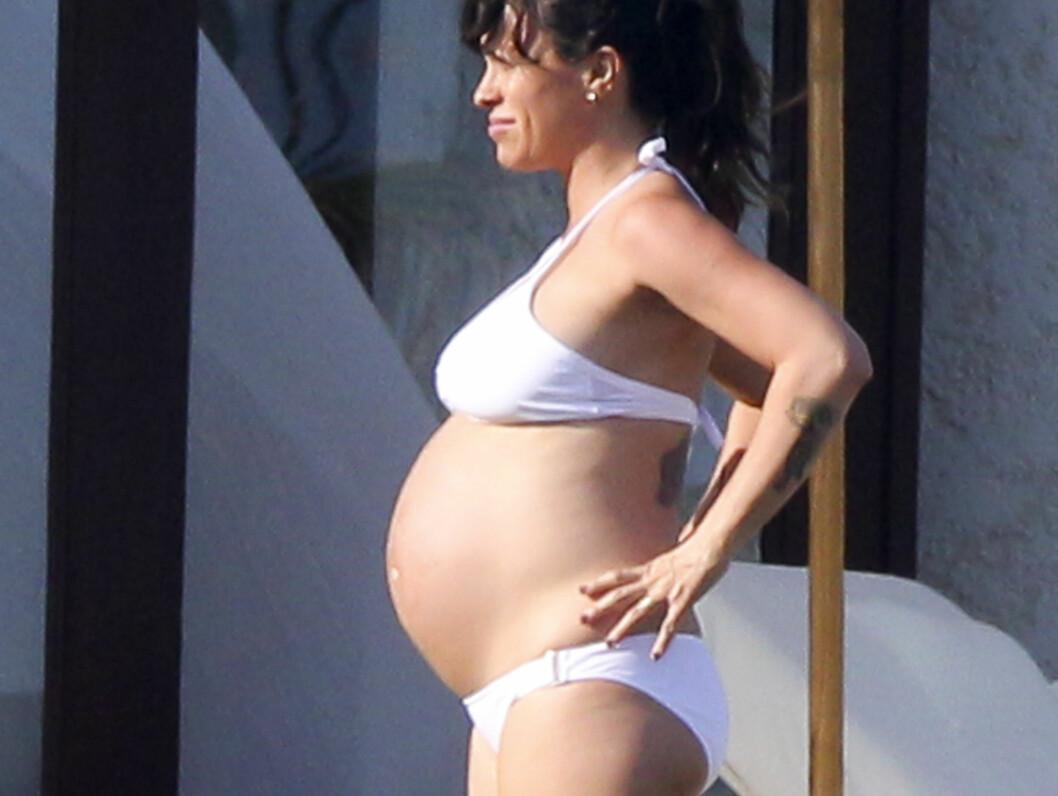 <strong>I STORFORM:</strong> Alanis Morissette viste magen i Mexico. Foto: Stella Pictures