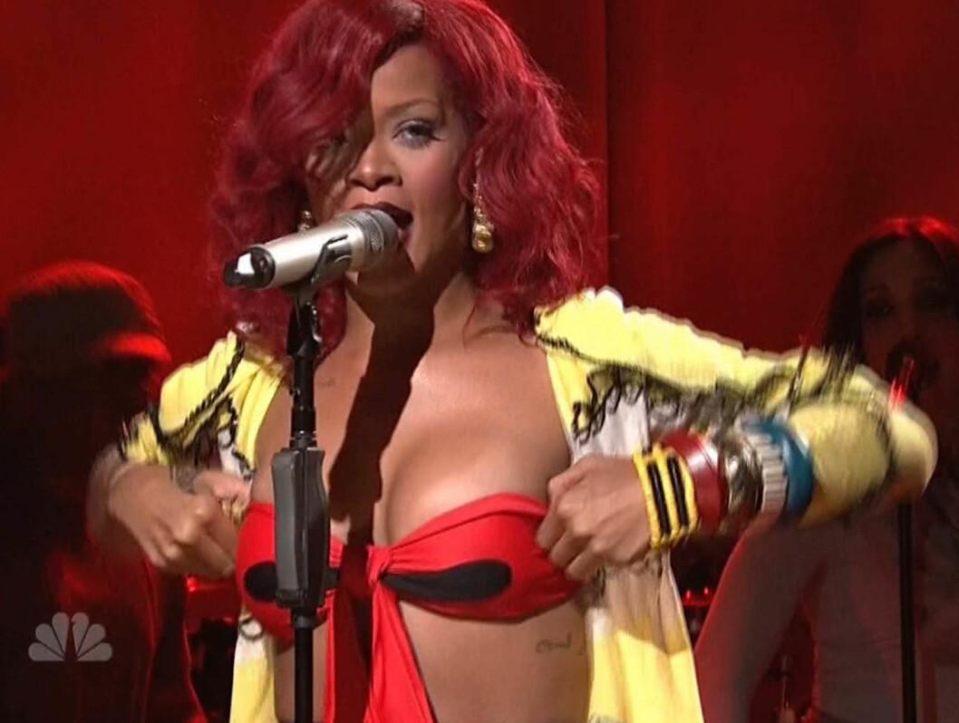 OOOPS: Rihanna måtte rette på sin egen BH for at den ikke skulle falle ned på Saturday Night Live. Foto: Stella Pictures