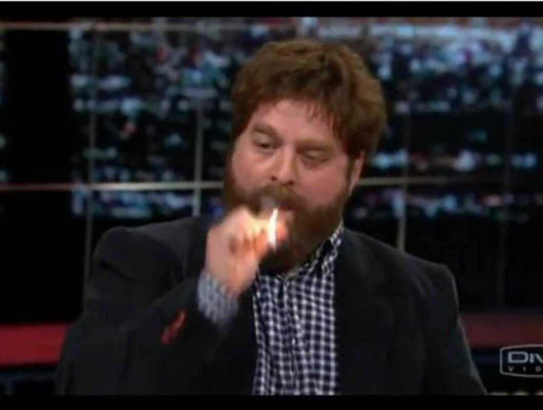 FYRTE OPP: Zach Galifianakis fyrte opp en joint på talkshowet «Real Time with Bill Maher» på HBO