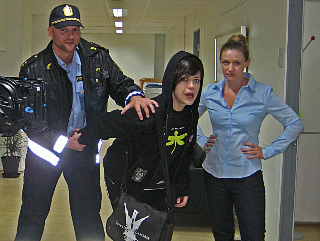 SPILLER POLITIMANN: Vidar Holmen har fått rollen som politimann i «Kongsvik Ungdomsskole». Her sammen med hovedrolleinnehaver Lene Kongsvik Johansen og Ingvild Hellum. Foto: Privat