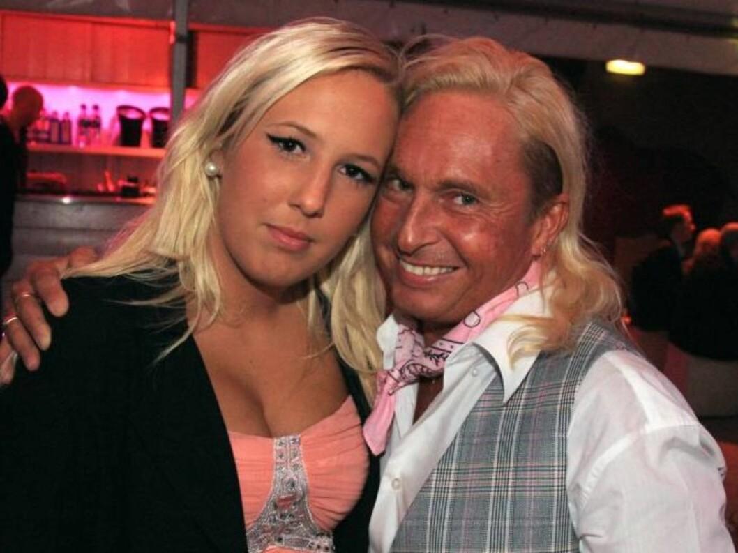 <strong>GODE VENNER:</strong> Robinson-deltaker Atle Hansen innrømmer at han ikke bare deler fadelige råd med sin datter Sandra. Før de skal ut deler de to også ofte pudderkost. Her er de på torsdagens premierefest. Foto: Sølve Hindhamar / Seher.no