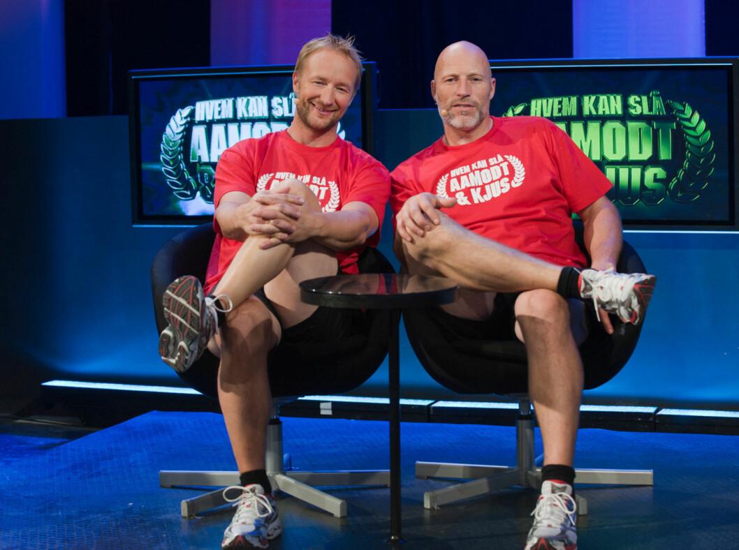 <strong>GOD STEMNING:</strong> Kjetil André Aamodt og Lasse Kjus passer ypperlig i rollen de har fått i «Hvem kan slå Aamodt og Kjus?». Foto: TVNorge