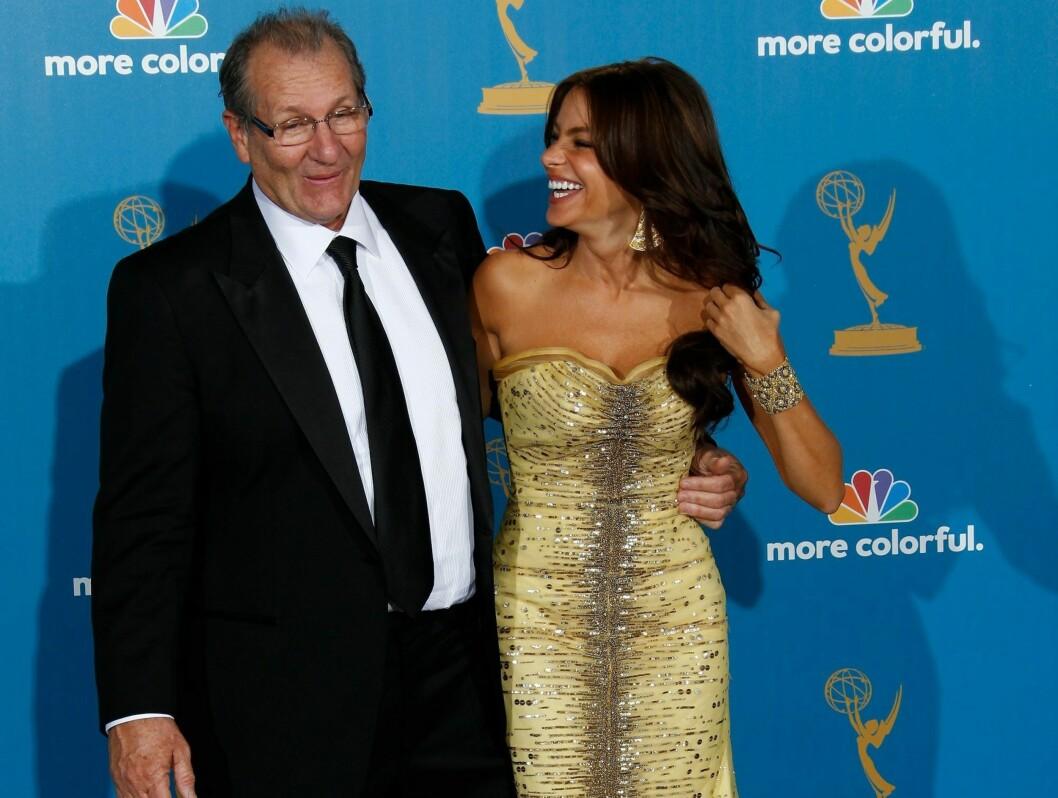 STOR SUKSESS: Sofia Vergara gjør det stort i rollen som Ed O'Neils kjæreste i «Modern family».  Foto: All Over Press