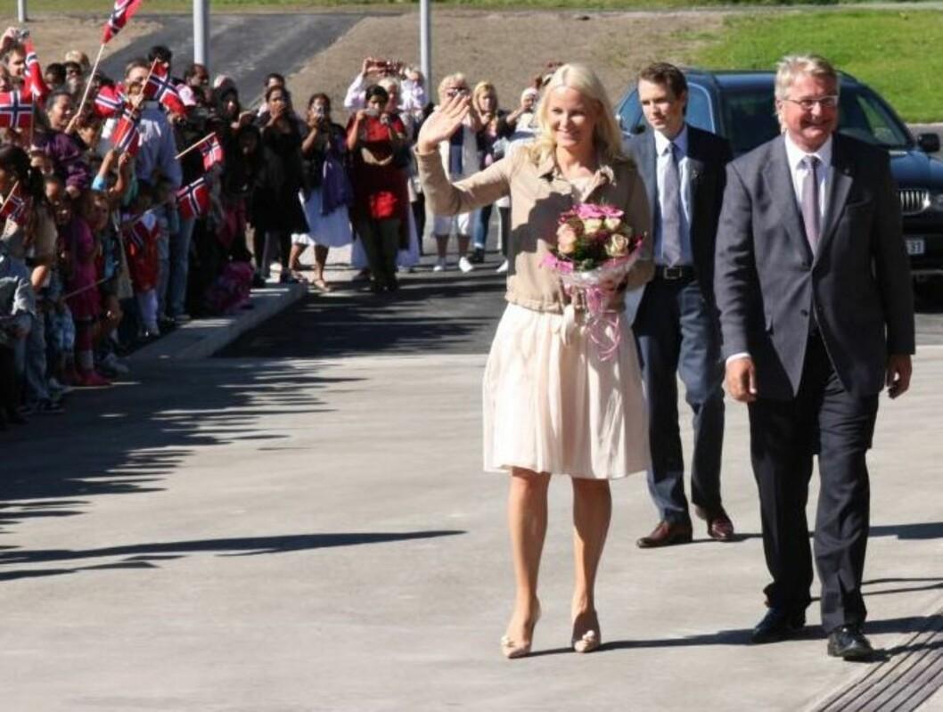 SPØKTE MED METTE-MARIT: Oslos ordfører Fabian Stang fikk Mette-Marit til å le, da de mandag sammen åpnet det nye bygget til Rommen skole i Groruddalen. Foto: Sølve Hindhamar, Seher.no