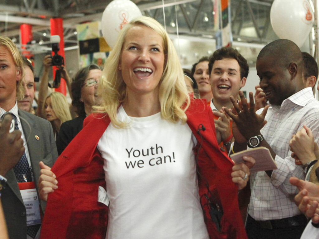 Norways Crown Princess Mette-Marit displays her T-shirt as she attends an exhibition of the 18th World Aids Conference in Vienna July 19, 2010.   REUTERS/Herwig Prammer  (AUSTRIA - Tags: POLITICS ROYALS IMAGES OF THE DAY) Foto: Reuters