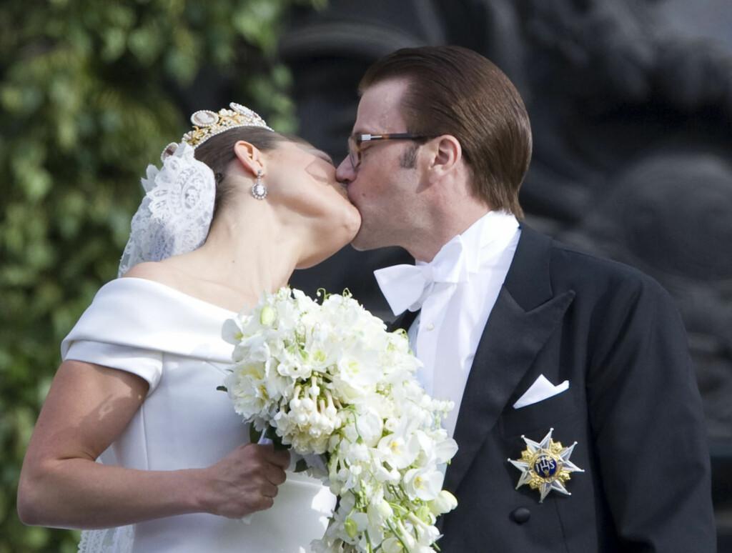 BLE OPPDAGET: Etter å ha sneket seg avgårde fra sin egen bryllupsfest, ble nygifte kronprinsesse Victoria og hennes Daniel mandag oppdaget på Stillehavsøya Tahiti. Foto: Stella Pictures