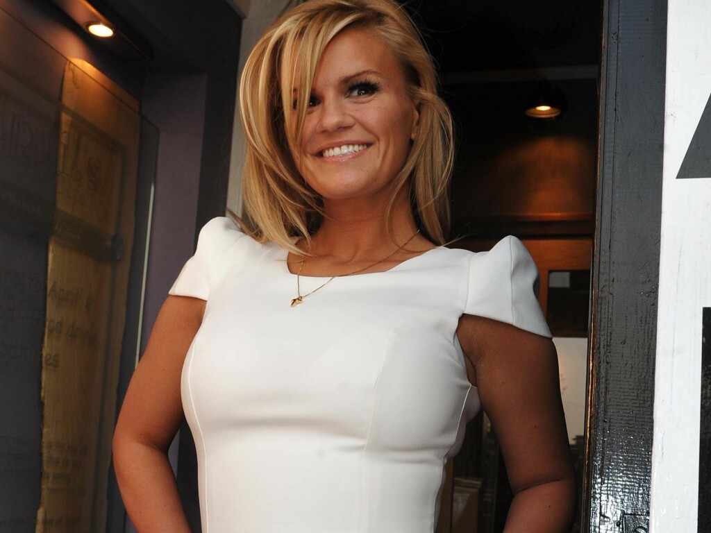 KLARER IKKE SLUTTE SMILE: Det spekuleres det i om det forelskelse som får Kerry Katona til å smile så.  Foto: All Over Press