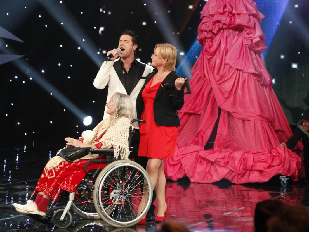 HEDRET: Sossen Krohg og Anette Hoff ble tildelt Hedersprisen under lørdagens «Gullruten» på TV 2, og ble hedret med sang av Didrik Solli-Tangen. Foto: Scanpix