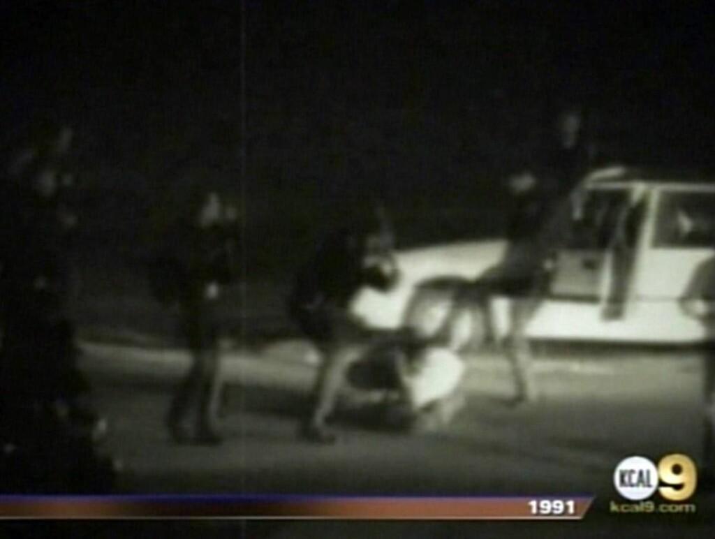 FØRTE TIL OPPRØR: En amatørvideo som viste en gruppe politimenn mens de banket opp Rodney King i 1991, førte til store raseopptøyer i Los Angeles da den ble vist på TV. Foto: All Over Press
