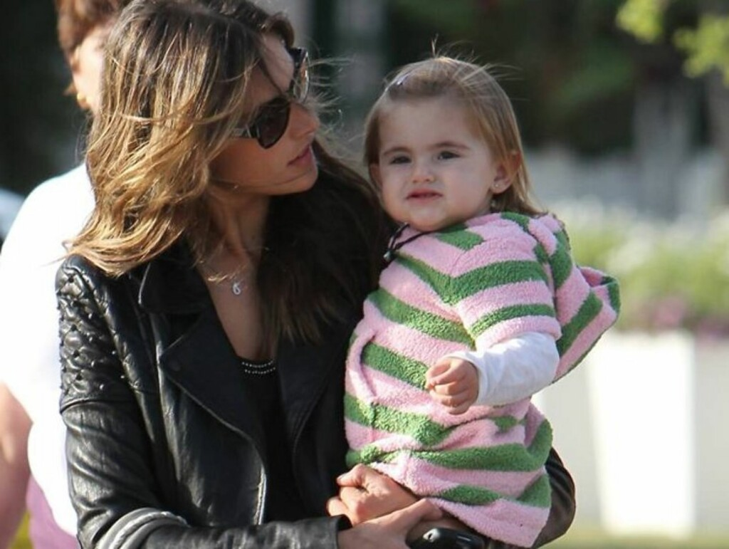 SMILER TIL KAMERA: Alessandra er synlig stolt av sin lille datter. Kanskje følger hun i mammas modell-fotspor om noen år? Foto: All Over Press