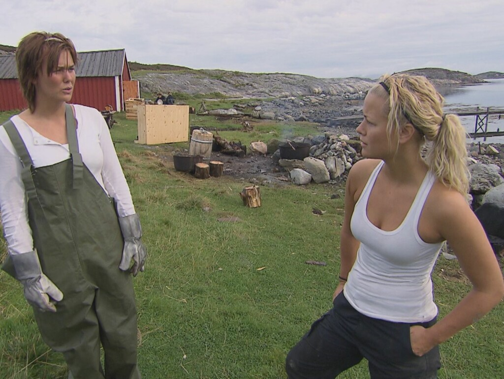 "ARG: - Må jeg liksom «spell it out for you»? sa Bente til Karin under mandagens ""Farmen"" på TV 2. Jentekrangelen er igang for fullt. Foto: TV 2"
