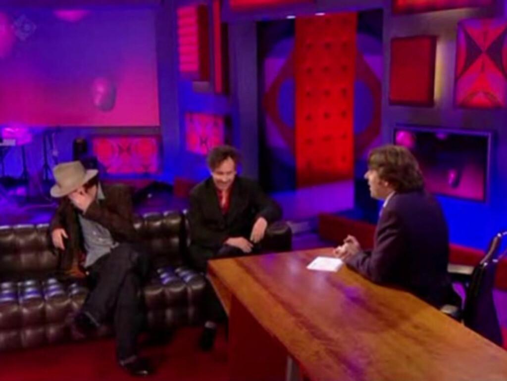 GOD STEMNING: Johnny Depp greide ikke å holde seg fra å le da programleder Jonathan Ross etterlignet noen av hans filmstemmer. Foto: BBC