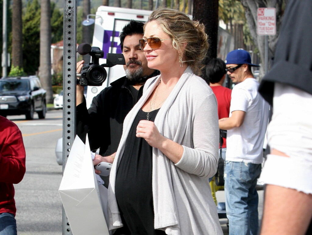 HØYGRAVID: Her er en høygravid Rebecca Gayheart avbildet i mars i år. Foto: All Over Press