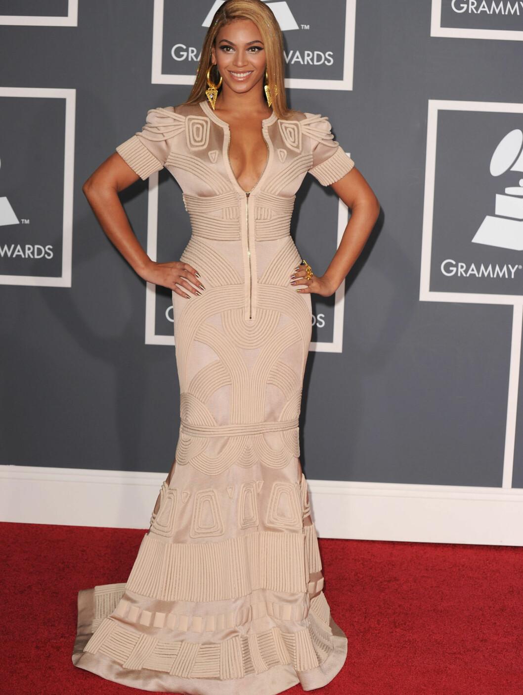 MESTVINNENDE: Beyonce vant historiske seks priser under Grammy-utdelingen, men vekte også oppsikt i sin kjole fra Stephane Rolland. Foto: All Over Press