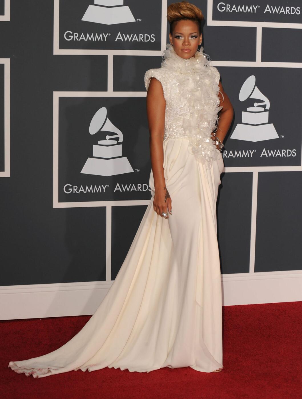 I HVITT: Rhianna kom i denne vakre kjolen fra Elie Saab Haute Couture. Foto: All Over Press