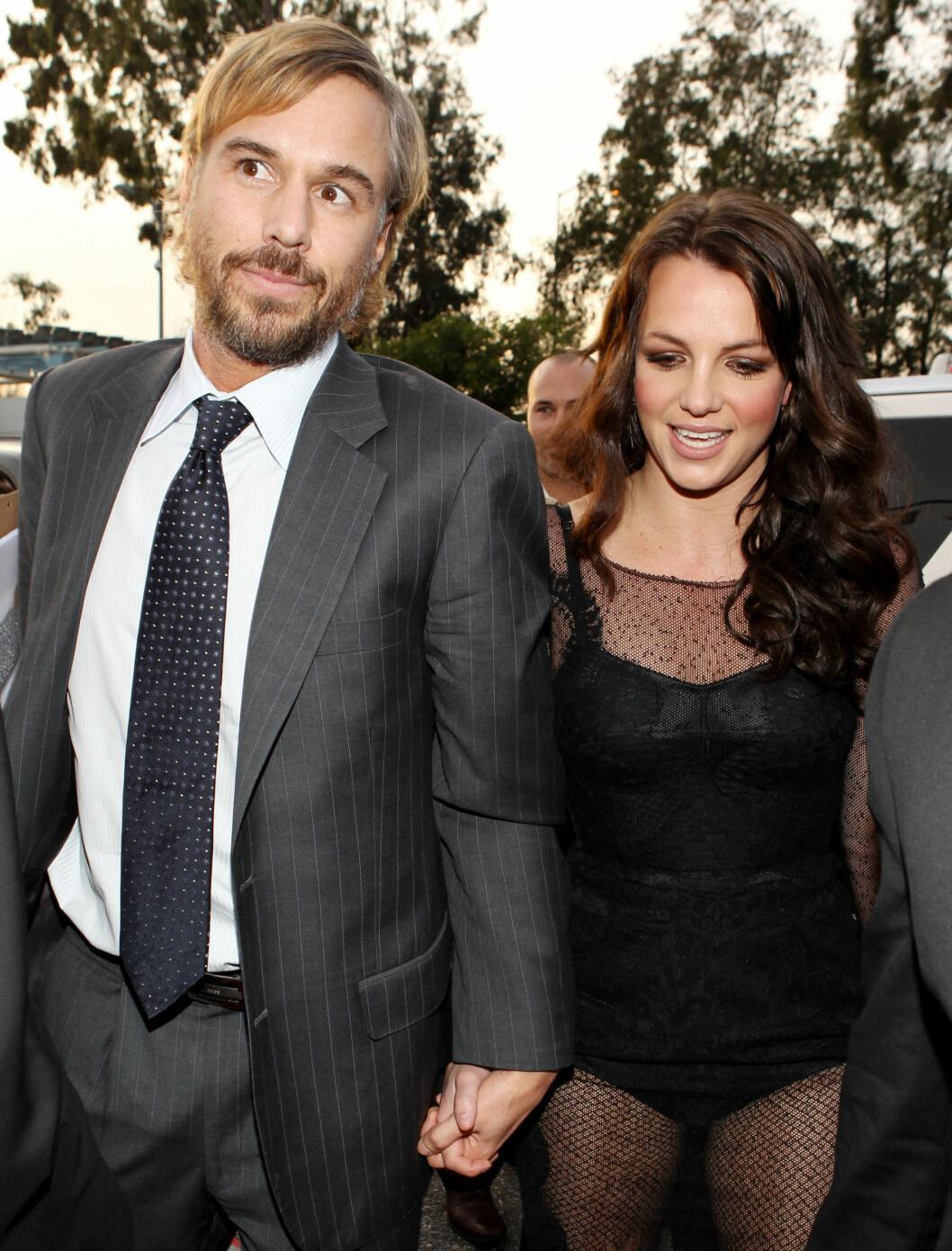 IKKE LIKE ELEGANT: Britney Spears kom sammen med Jason Trawick i dette antrekket fra Dolce & Gabbana. Ikke det heldigste antrekket på Grammy... Foto: All Over Press
