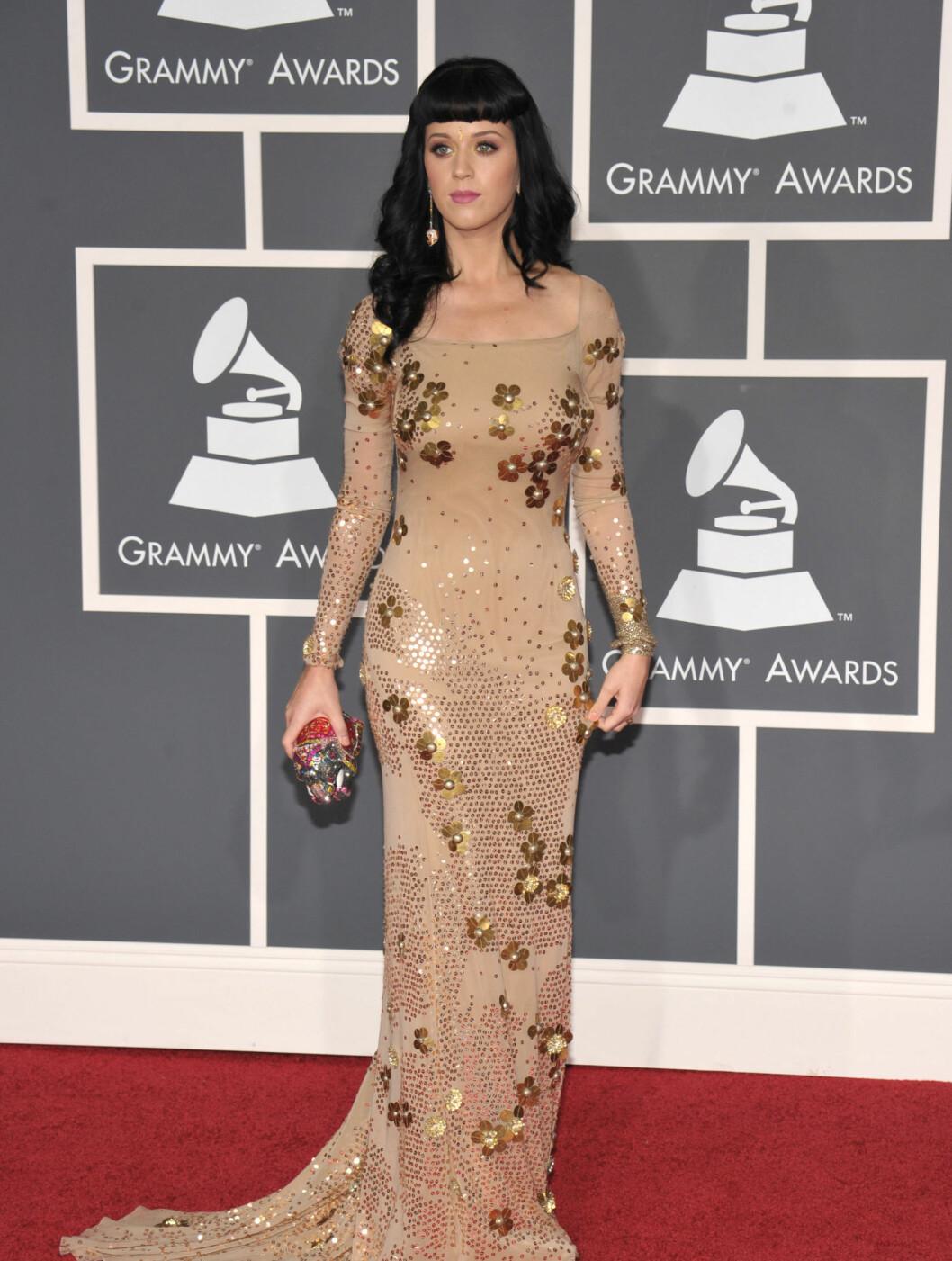 GYLLEN ANLEDNING: Nyforlovede Katy Perry kom til Grammy-utdelingen i denne kjolen fra Zac Posen.  Foto: All Over Press