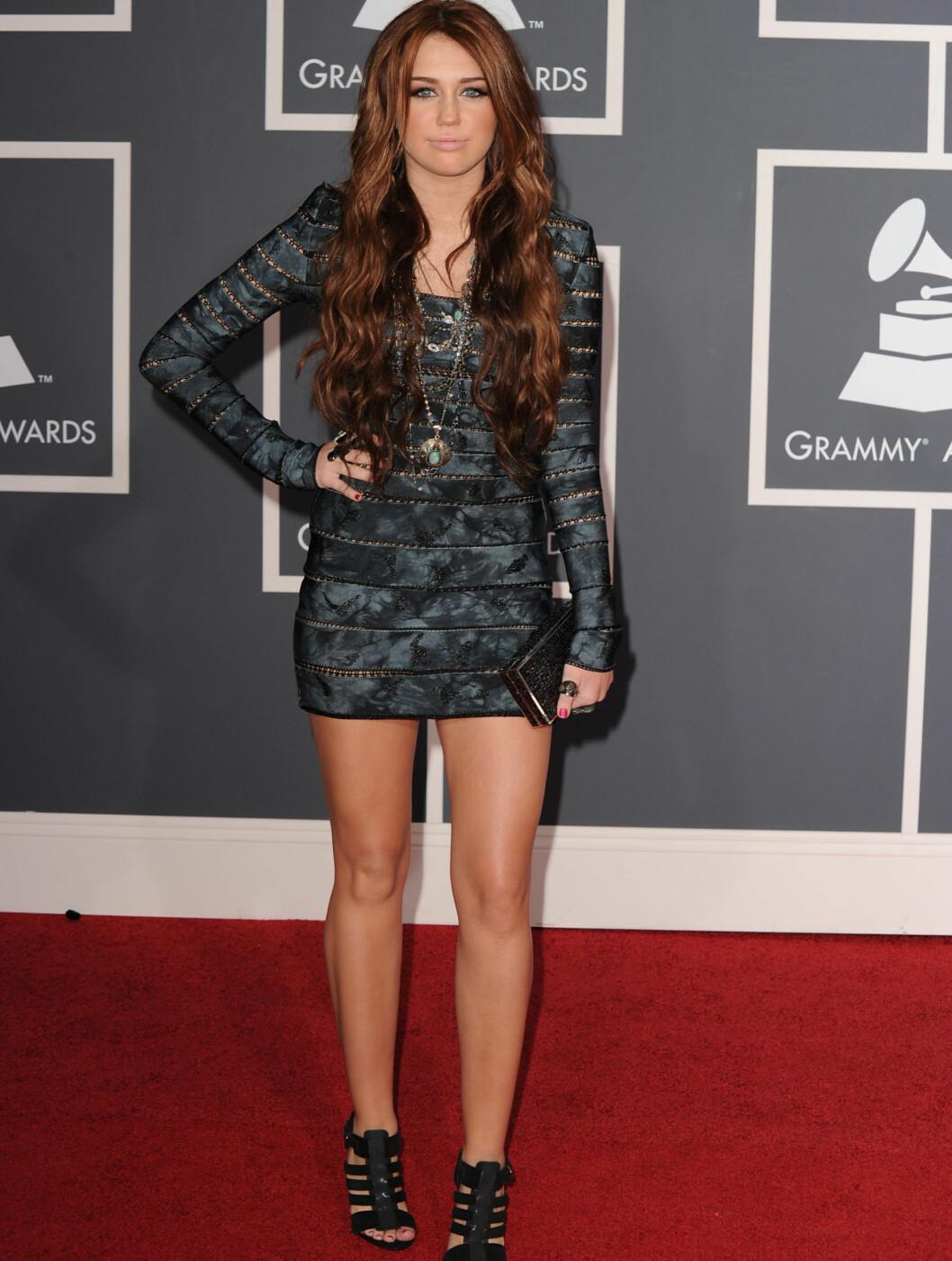 GA UT PRIS: 17 år gamle Miley Cyrus kom i denne drakten fra Max Azria. Foto: All Over Press